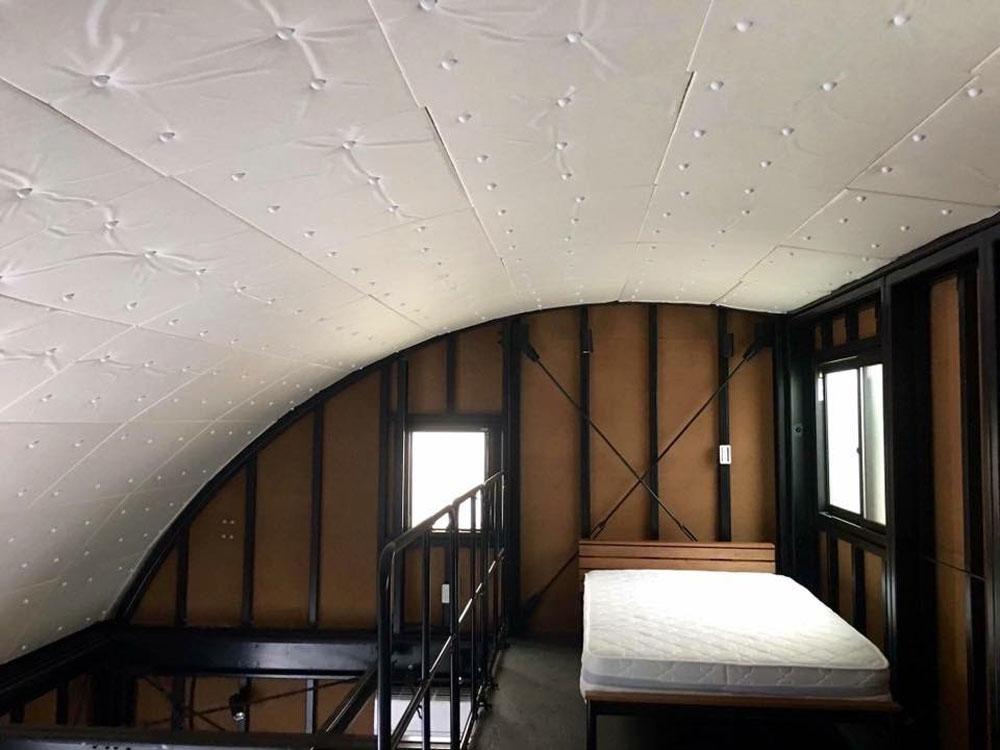 2階は吹き抜けの大空間。『Rスパン』という金属製の曲面屋根がそのまま空間を形成しているのが特徴。そもそもの居住面積は少ないながら、それを感じさせない開放的な空間になっている。キッチンや水回りは、あえて余分なデザインのないシンプルなものをチョイスしたい。